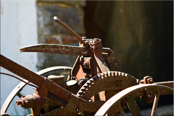 Close-up: Rusty gear and handle