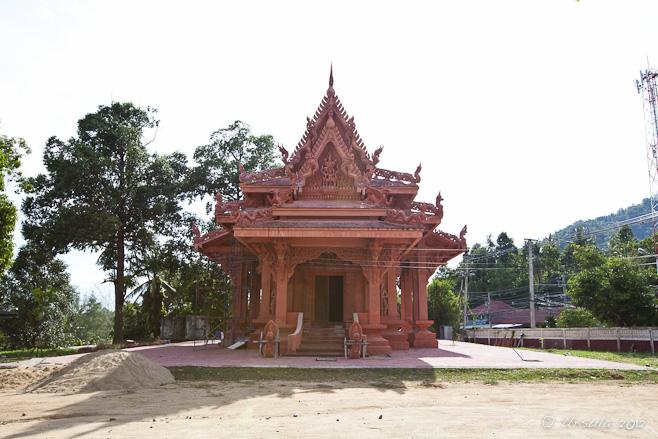 Terracotta coloured thai temple building. วัดราชธรรมาราม  Wat Ratchathammaram